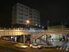 反町駅では、過去の高架ガードが遊歩道化されて残っています