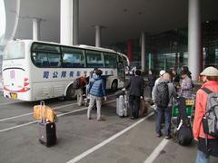 バスは、各地でチャーターされています