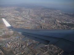 青島市街上空を旋回!