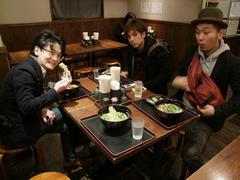 彬子さんは会場にいなければならなかったので、楽器メンバーのみで腹ごしらえ!