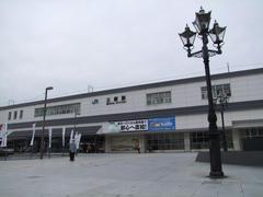 新幹線が通るものの、港町の小さな駅という雰囲気でした