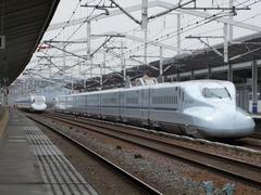 """新倉敷駅で、""""さくら""""号と""""ひかりレールスター""""号が擦れ違います"""