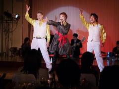 ダンス付きの歌声を披露!