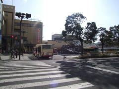 奥がJR長野駅…手前の左側に、地下に繋がる長野電鉄の長野駅の入り口があります