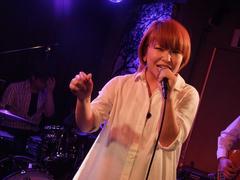 ステージ上の彬子さんは表情豊かです