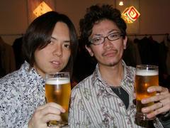 飛び切りの笑顔でベースの太田君と乾杯(笑)!