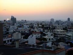 那覇市内から見た夕陽…。海の向こうに見える島は、渡嘉敷島という島です