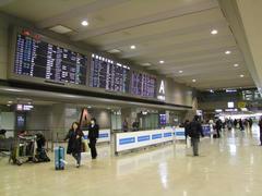 この国際線到着ロビーを抜けると、国内線搭乗手続きカウンターがあります