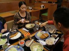 沖縄式のトンカツ定食は、味噌汁を沖縄そばに変更出来たりします♪