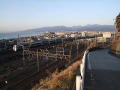 東海道本線に向かう、215系回送列車