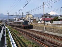 小田急線側から望む…右の線路が、奥で御殿場線の松田駅へと繋がっています