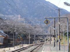 山北駅にて…奥が御殿場方面で、上り勾配になっています