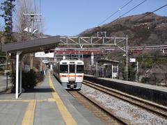 山間部の無人駅、谷峨駅にて…背後は東名高速道路