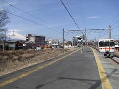 勾配途中にある岩波駅…背後には富士山も!
