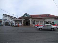 入口の屋根デザインが特徴の裾野駅