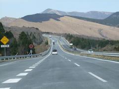 起伏の激しい高速道路を通ります