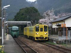 """久大本線の看板特急、""""ゆふいんの森""""号(左)と普通列車(右)…同じく夜明駅にて"""