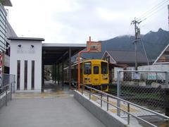 島原鉄道の終点、島原外港駅にて…背後は雲仙岳