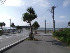 瀬長島への道…奥には飛行機が…