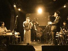 写真は、3月に行われたライブのものです