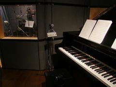 ピアノはブース…とはいかないまでも、立派な衝立が設置されています