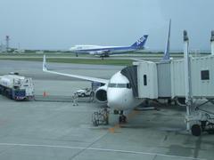 那覇空港到着!…奥には、機材変更でやってきた全日空のジャンボ機