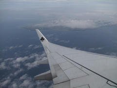 離陸後、左に旋回します…那覇空港は島の左奥辺りです