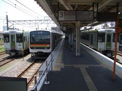 JR川越線(中央)で高麗川駅まで行き、そこから八高線(右)へ…