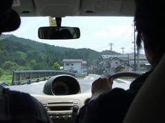 車を走らせ、山の奥へ…