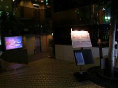 ビルの入口に、看板が堂々と掲げてありました