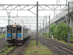熊本側(奥)からやってきた三角線の列車…右が九州新幹線の高架橋です