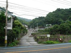 国道から見た、赤瀬駅への道…この坂を、どんどん上っていくと駅に辿り着きます