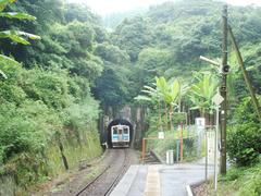 赤瀬駅を出ると、列車はすぐにトンネルに入ります
