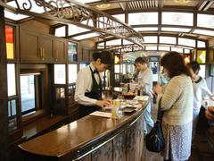 カウンター・バーでは、列車グッズも購入できます