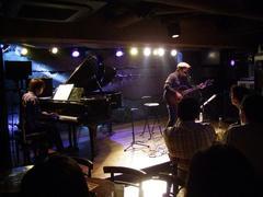自分がピアノを弾いている中、丸本さんが登場