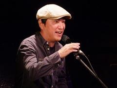 1曲、丸本さんはギターを弾かず、自分のピアノだけをバックに熱唱!