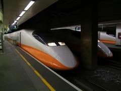 オレンジ色のラインが特徴的な700T系車両