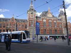 現代的なトラムともよく合うアムステルダム中央駅