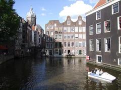 アムステルダムと言えば、運河の街です。こんな風景ばかりが続いています♪