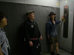 業務用エレベーターで移動して…