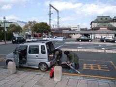 まずは門司港駅にて…荷物入れ作業