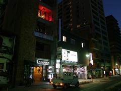 右ではなく、左の建物の赤い部分が今回の演奏場所です