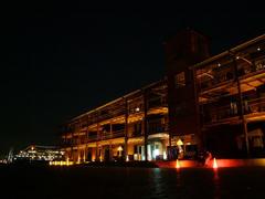 暗闇に映える煉瓦倉庫もまた一興