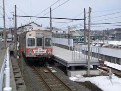 三沢駅到着!…背後には青い森鉄道線が…