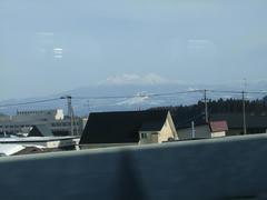 新青森駅を出発後、すぐに左手には八甲田山が見えました