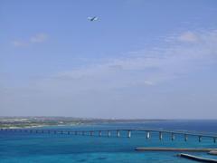 来間大橋と、着陸寸前の飛行機をパチリ♪