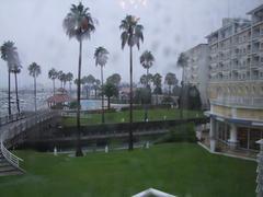 ホテルからの朝の風景…雨、降ってます