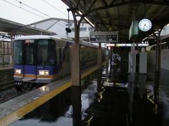 屋根があっても、容赦なく雨が吹き込んできます…和歌山市駅にて