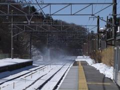 信濃追分駅発車…雪煙が凄いです
