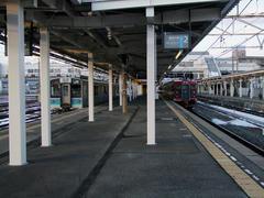 JR篠ノ井線からの列車(左…これは試運転中のE127系です)と顔を合わせます